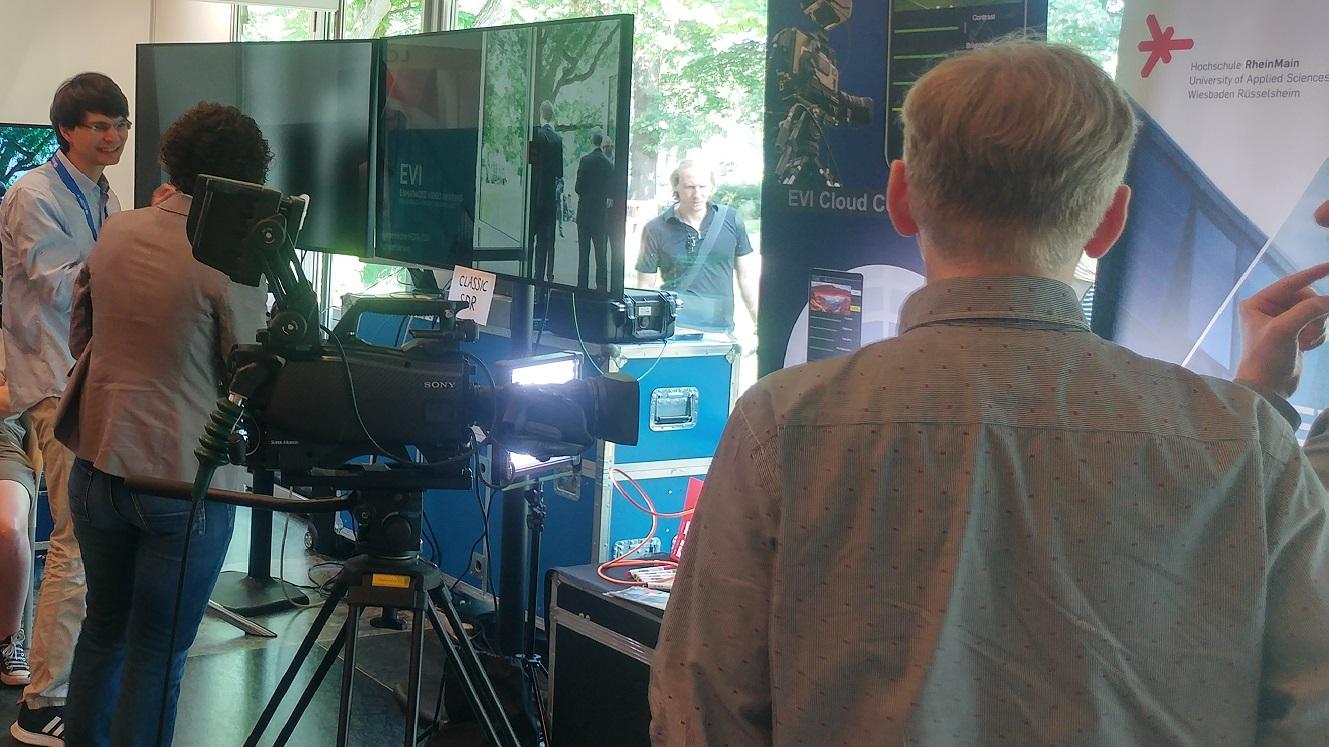 M. Eng. Lucien Lenzen erklärt einer Besucherin das Forschungsprojekt EVI