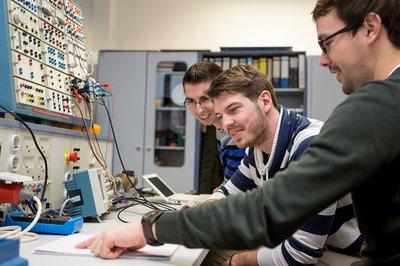 Studierende im Labor Elektroenergiesysteme