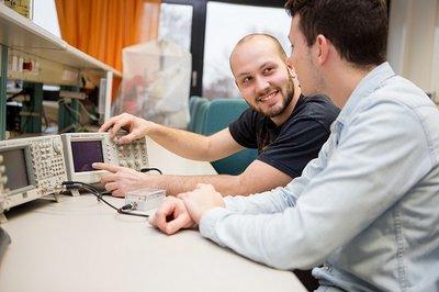 Studierende im Labor Elektrische Messtechnik