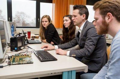 Studierende mit Prof. Harter im Labor