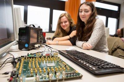 Studierende im Microcomputertechnik-Labor