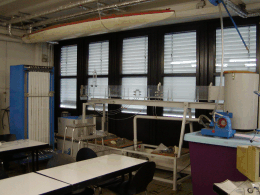 Kleine Versuchsrinne im Laborinnenbereich