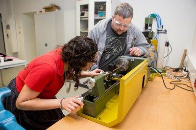 IT-Labor: Studentin und Herr Hottum bei der Arbeit