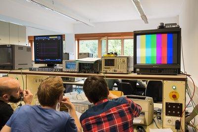 Studierende im Labor Fernsehmesstechnik