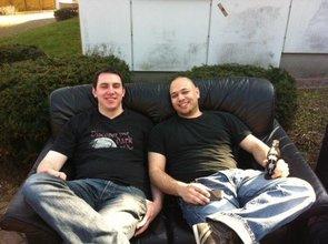 Roberto und ein Kommilitone entspannen nach einer Vorlesung