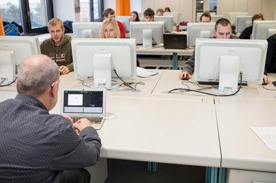 Herr Blüm mit Studierenden im Labor