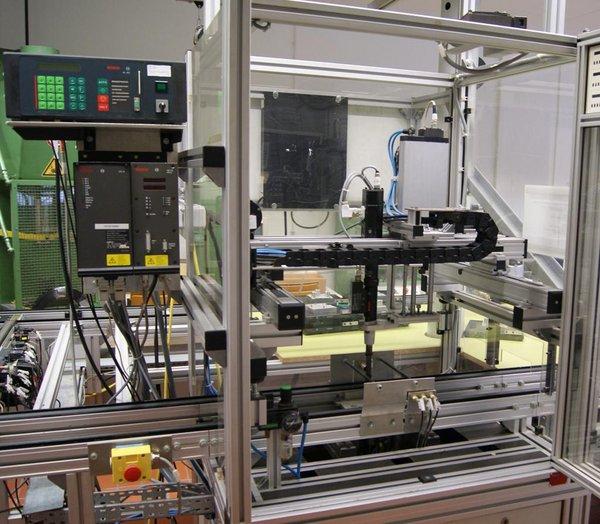 Bild der im Labor für Produktionstechnik aufgebauten Anlage