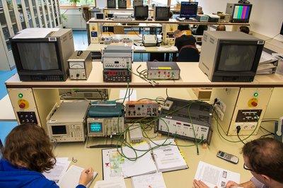 Studierende im Labor TV-Messtechnik